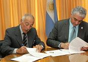 Los líderes de ambos organismos durante la firma.